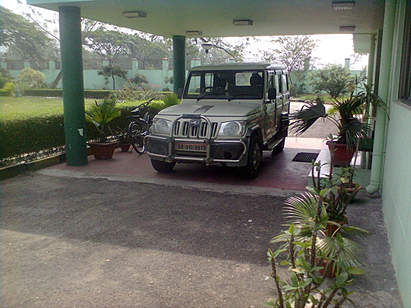 The Photograph of Vehicle No. AR 01E 0879 of Arunachal Pradesh Government parked at New DRL Guest House